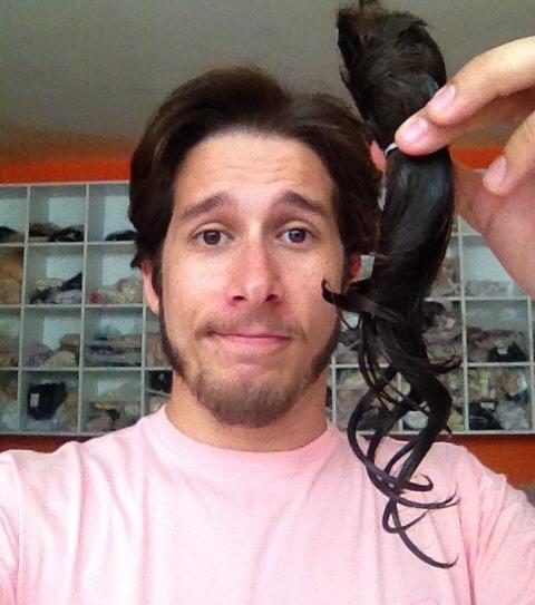 Repórter corta cabelo para fazer doação para vítimas de câncer
