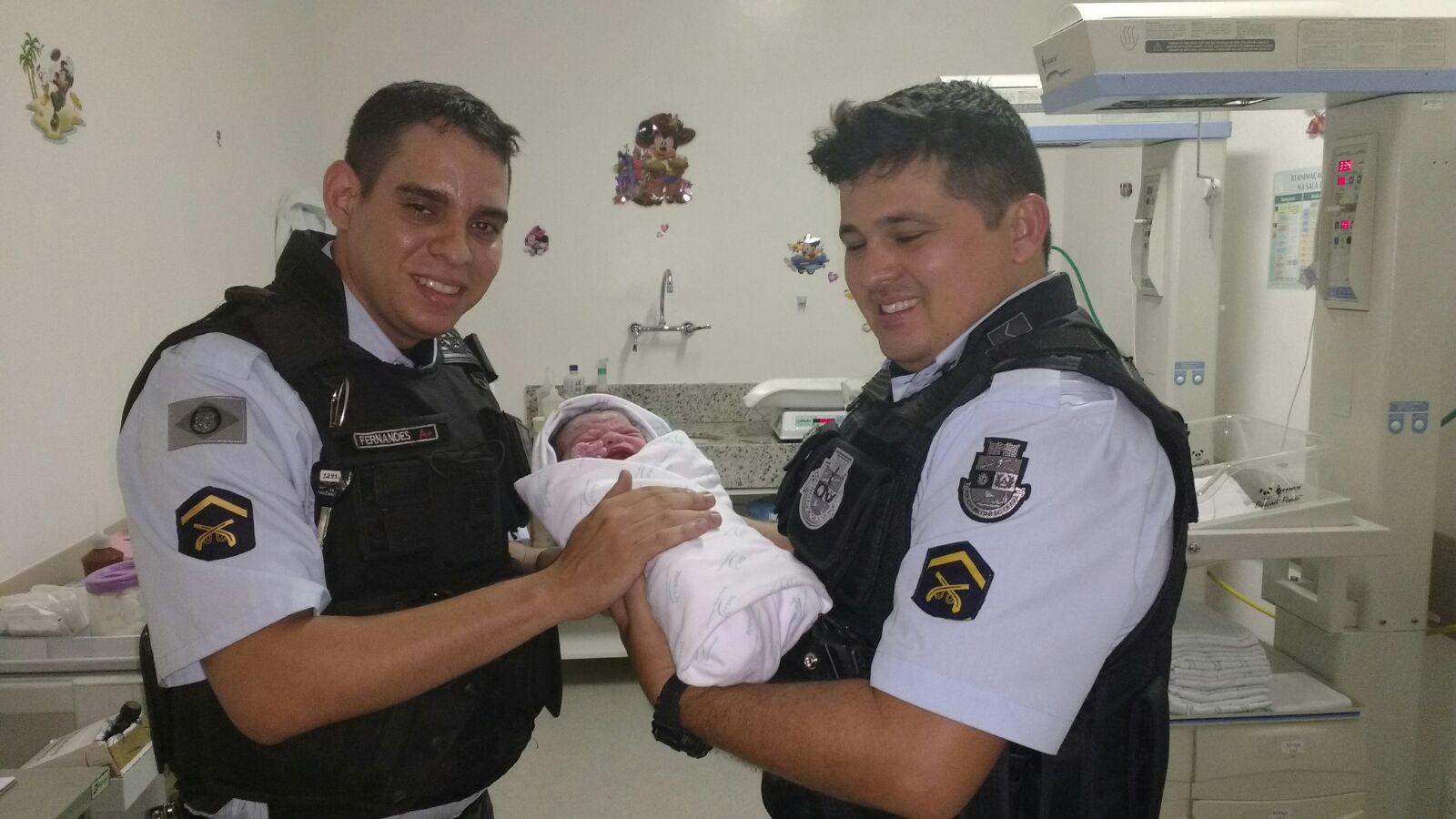 Os PMs seguiam em direção ao Hospital da Mulher quando Samara deu à luz a criança dentro da viatura. Mikaela, como foi batizada, nasceu com 3,175kg (FOTO: Divulgação/SSPDS)