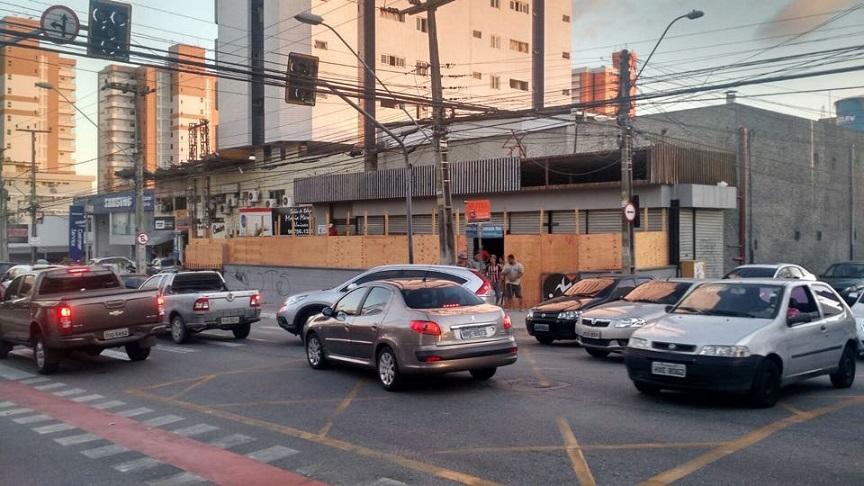 Semáforos ficaram apagados, causando congestionamentos (FOTO: Emílio Moreno/Tribuna do Ceará)