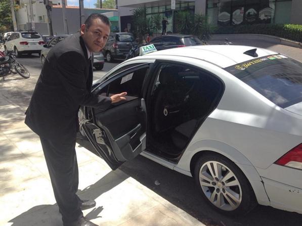 Motoristas de paletó recepcionam o cliente com a porta aberta. (FOTO: Tribuna do Ceará/ Rosana Romão)