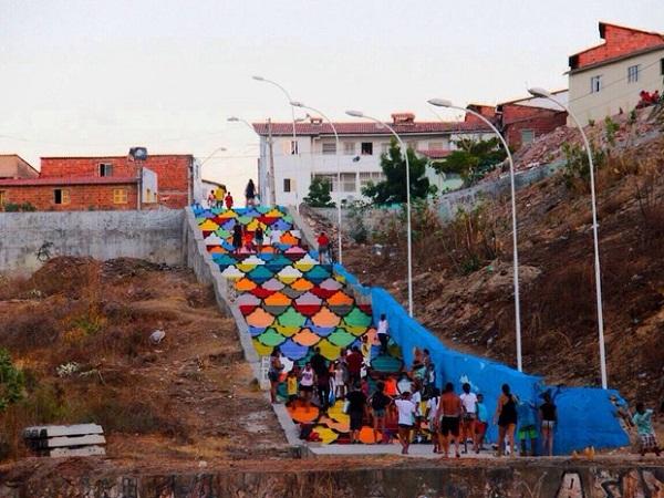 A escada ganhou um mosaico de escamas coloridas. (FOTO: Prefeitura de Fortaleza/Divulgação)