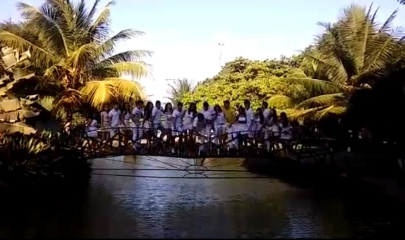 Modelos caíram em pequeno lago após ponte despencar (FOTO: Reprodução)