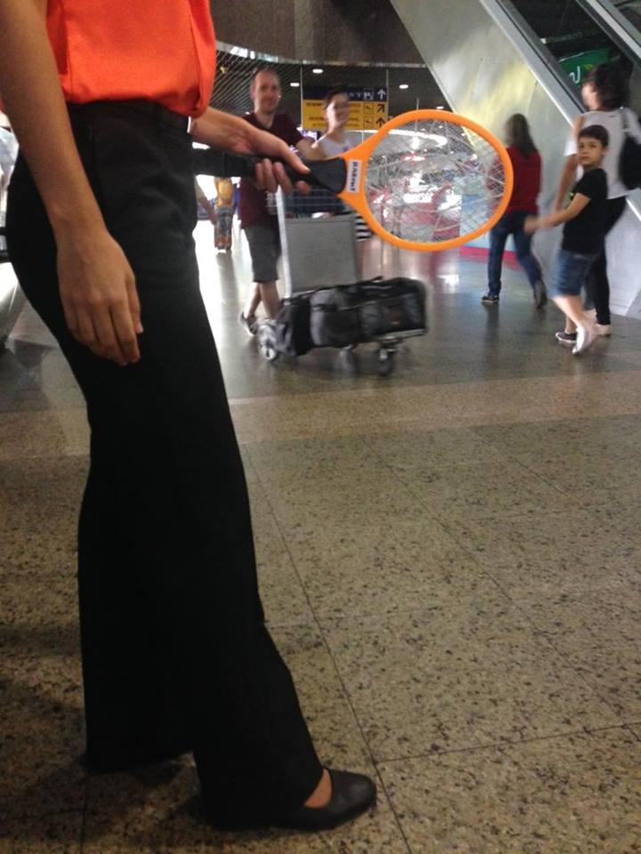 Raquetes elétricas são novos objetos de trabalho dos funcionários. (FOTO: Tribuna do Ceará/ Rosana Romão)