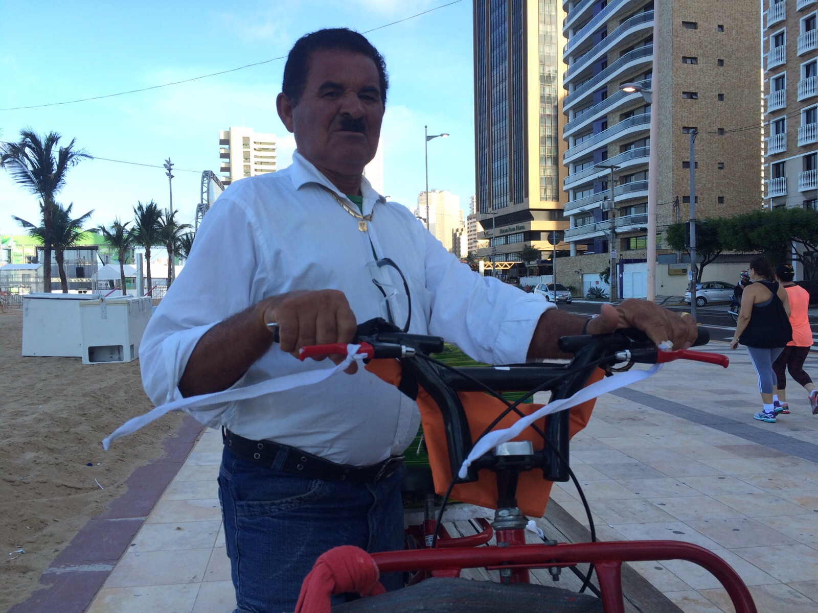 Jacinto Pereira usa as faixas diariamente