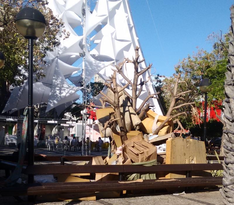 """Uma """"árvore de colchão e papelão"""" chama atenção na Praça do Ferreira (FOTO: Hayanne Narlla/ Tribuna do Ceará)"""