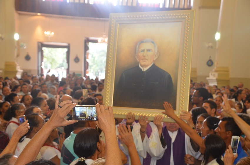 50 mil pessoas assistem à missa de reconciliação da Igreja Católica com Padre Cícero