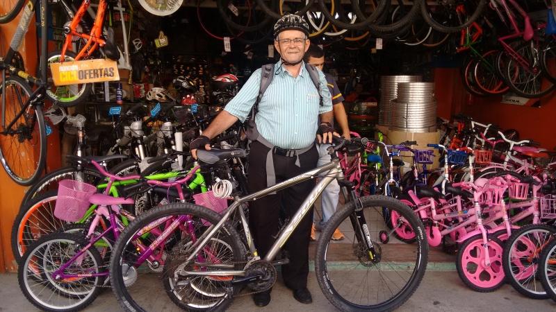 Eliseu frequenta a rua das bicicletas há dois anos (FOTO: Hayanne Narlla/ Tribuna do Ceará)