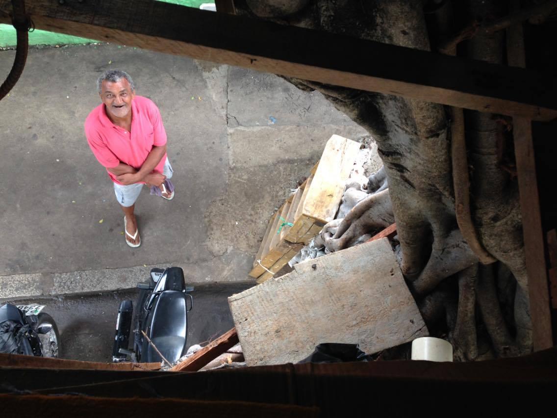 Morador de rua cria casa na árvore para se proteger da chuva