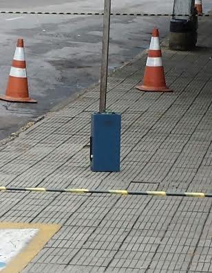 Caixa azul é deixada em frente a fórum de Fortaleza (FOTO: Reprodução)