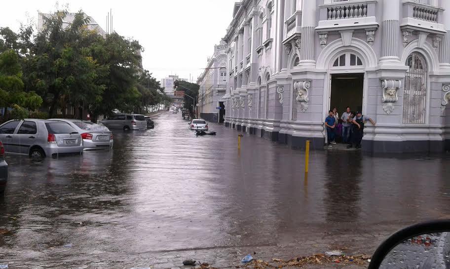 Alagamento em frente ao prédio da Sefaz em Fortaleza (FOTO: Reprodução)
