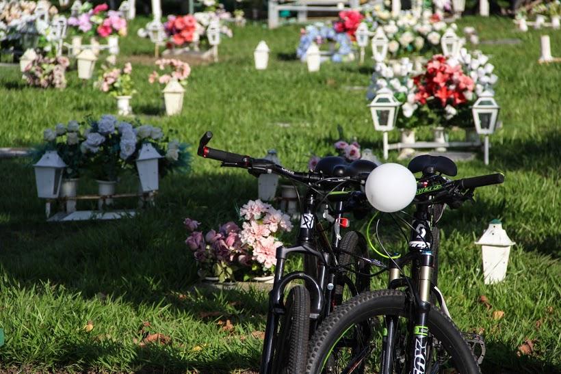 Ciclistas homenagearam Xuxa, que foi atropelado e não resistiu aos ferimentos (FOTO: Fernanda Moura/ Tribuna do Ceará)