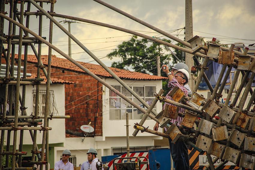 Técnicos da Secretaria de Infraestrutura do estado foram até o local onde aconteceu o desabamento. (FOTO: Fernanda Moura/Tribuna do Ceará)