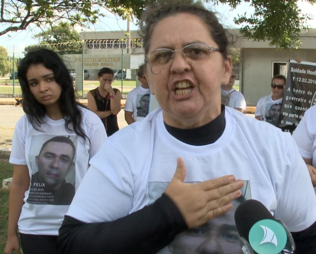 """""""O que me mantém de pé é revolta, ódio dessa situação"""", reclama mãe de soldado morto (FOTO: Reprodução/TV Jangadeiro)"""