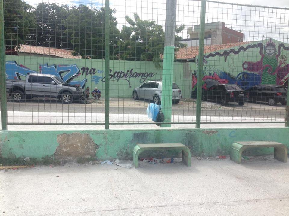 Moradores da Sapiranga se unem e improvisam lixeiras em praças do bairro