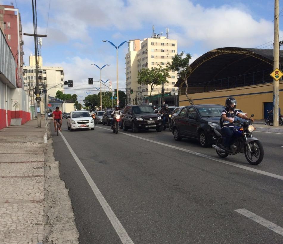 Atualmente, ciclistas têm de se arriscar na via (FOTO: Marco Meireles/TV Jangadeiro)