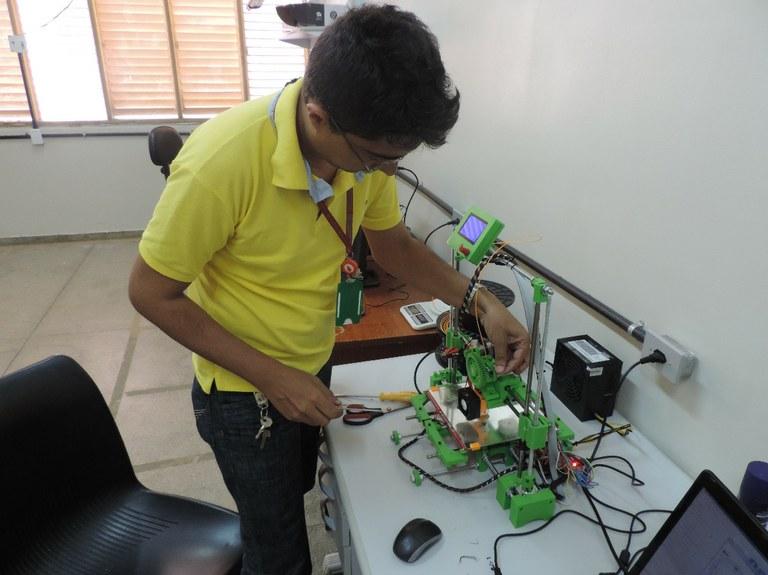 Alunos e professor do IFCE do Cedro montam impressora 3D para pesquisas de curso