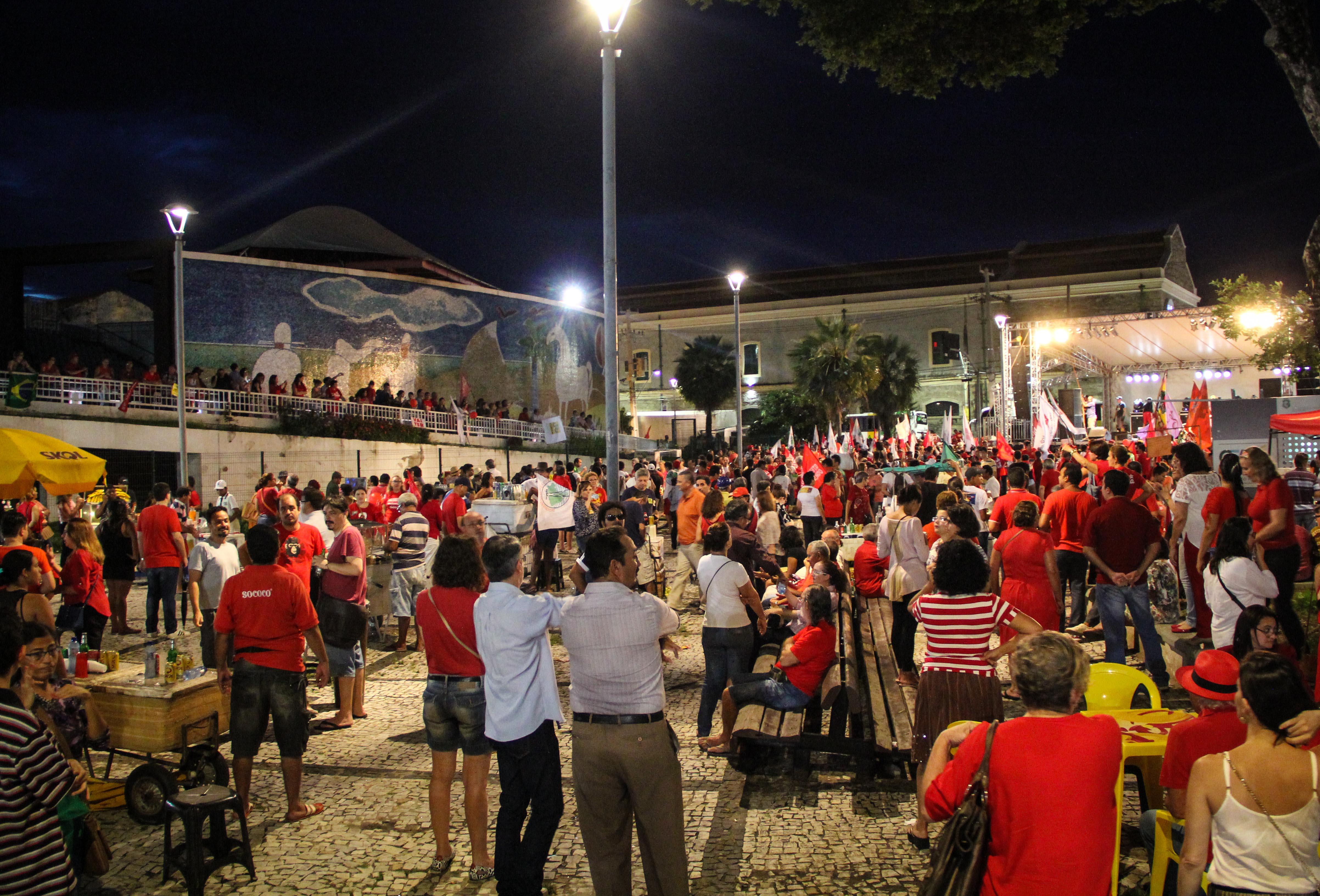Manifestantes se reuniram na Praça da Bandeira e seguiram até o Centro Dragão do Mar (FOTO: Fernanda Moura/Tribuna do Ceará)