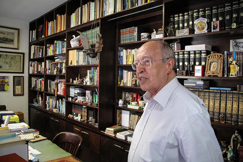 Lúcio Alcântara tem uma das maiores coleções de marcadores de livros no país