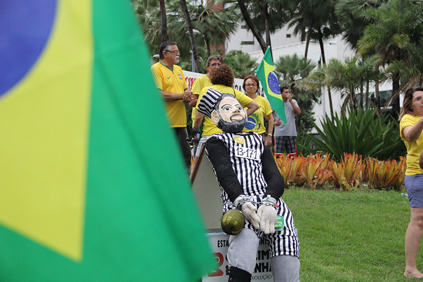 Entre as bandeiras levantadas pelo protesto estão o apoio ao juiz Sérgio Moro e apoio ao impeachment da presidente Dilma. (FOTO: Fernanda Moura/Tribuna do Ceará)