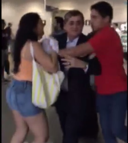 """Deputado José Guimarães é hostilizado com """"chuva"""" de dinheiro falso no aeroporto de Fortaleza"""
