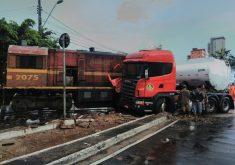 Acidente entre carreta e trem bloqueia parte da avenida (FOTO: Dorian Girão)