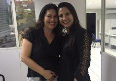 A dona do dinheiro à esquerda e a advogada Fabíola Farias à direita. (FOTO: reprodução/ facebook)