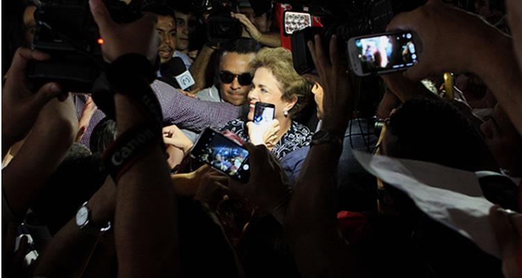 Dilma Rousseff quebra protocolo e é recebida por manifestantes em Juazeiro do Norte