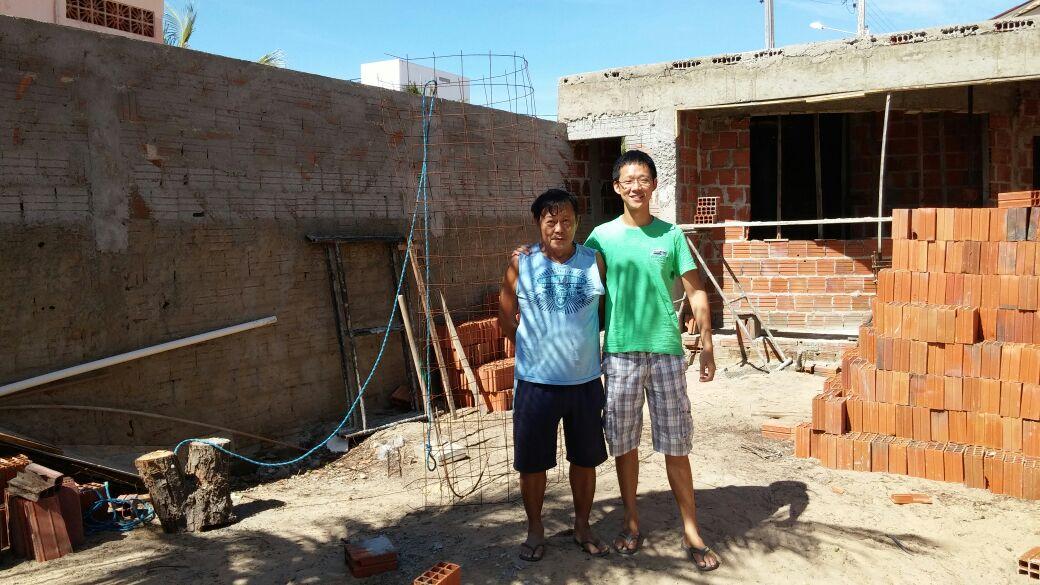 Filhos de chineses fazem campanha para transformar casa em hostel em Canoa Quebrada