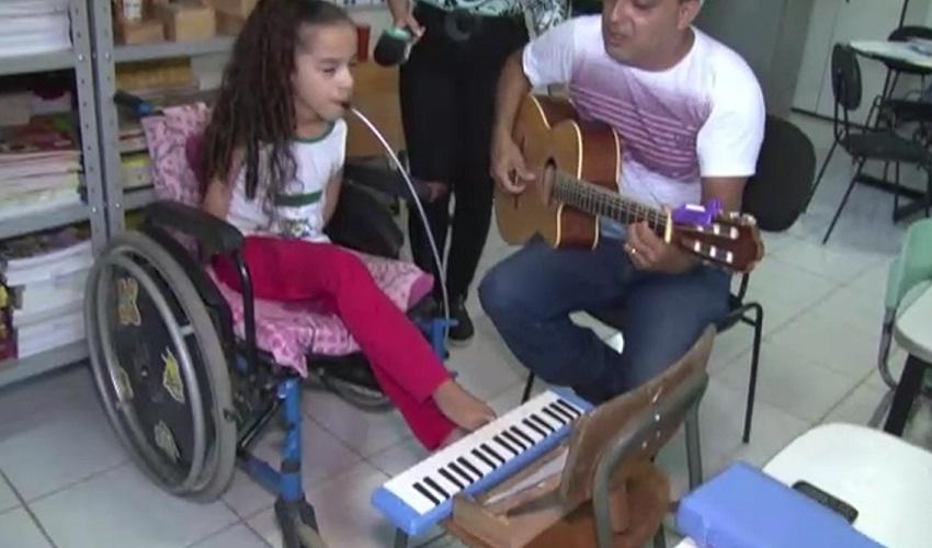 Com doença congênita, criança de 9 anos toca instrumentos com os pés