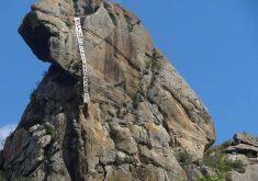 """Faixa com dizeres """"30 filhos do patriarcado"""" ficou presa na Pedra da Galinha Choca (FOTO: (FOTO: Cleumio Pinto)"""