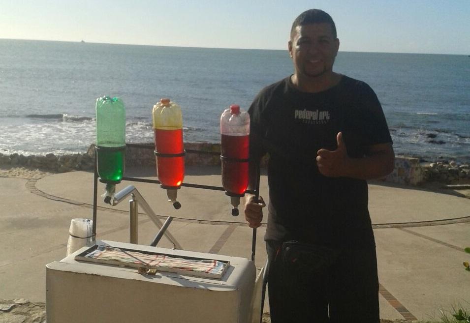 Ambulante transforma raspas de gelo em sorvete para superar crise
