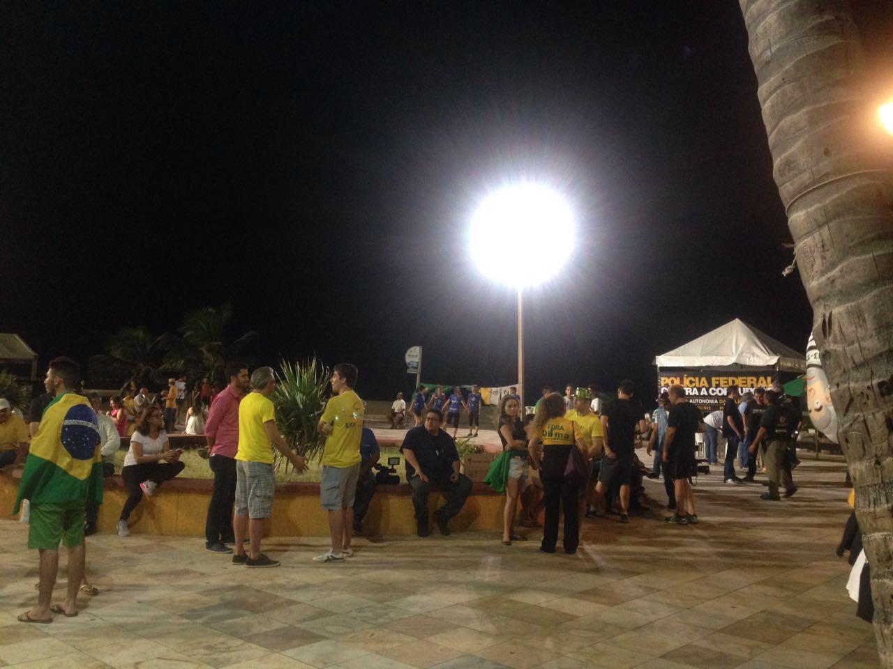Chuva atrapalha manifestação pró-impeachment e público se dispersa antes do resultado