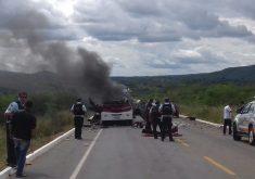 Carro ficou completamente destruído. (FOTO: reprodução/whatsapp)