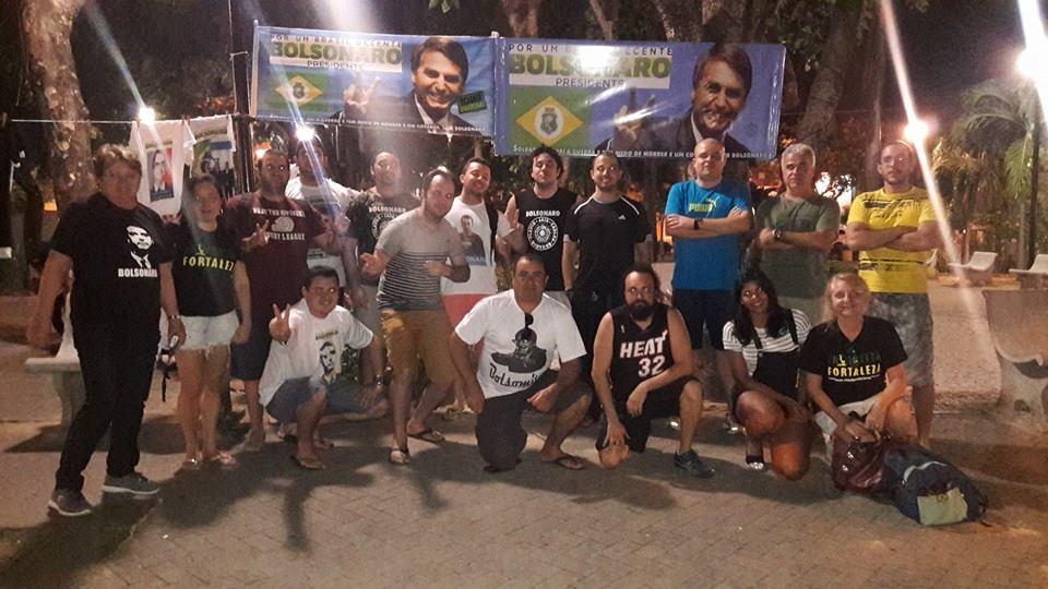 Apoiadores de Bolsonaro se reúnem aos sábados em praça do Bairro de Fátima