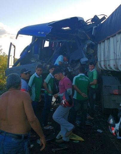Acidente com ônibus escolar e carreta causa mortes em Sobral