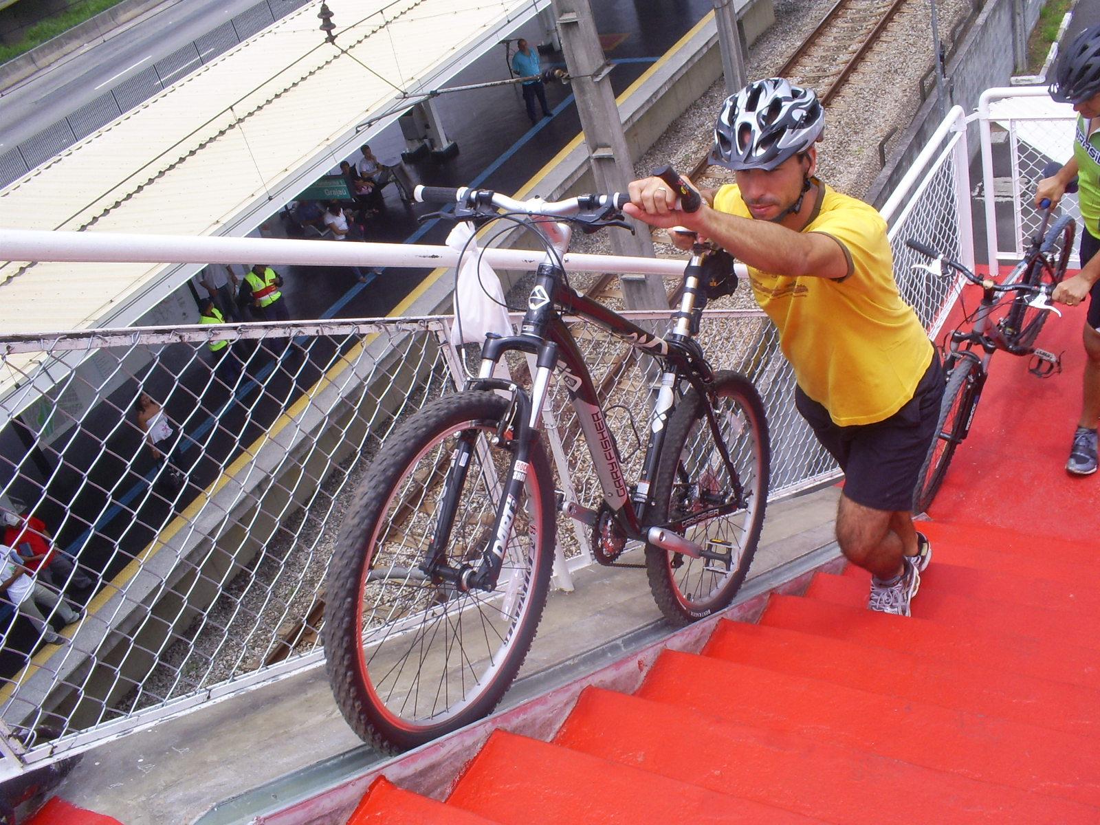 Projeto de lei quer instalação de canaletas para bicicletas em passarelas de Fortaleza