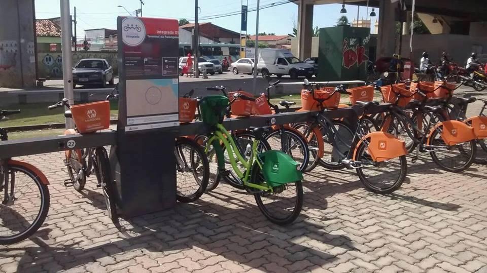 Usuário estaciona bicicleta compartilhada em estação errada
