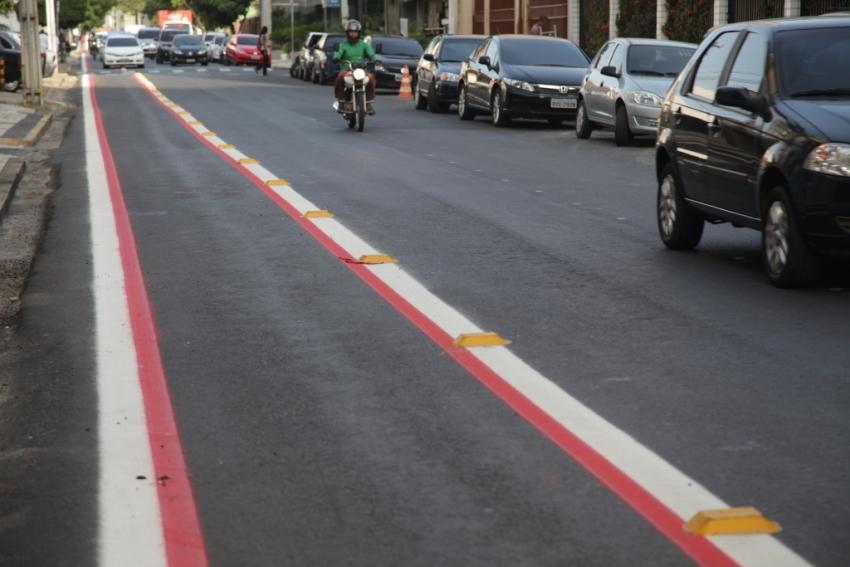 Ciclista flagra uso irregular de adesivo da AMC em carro particular estacionado em ciclofaixa