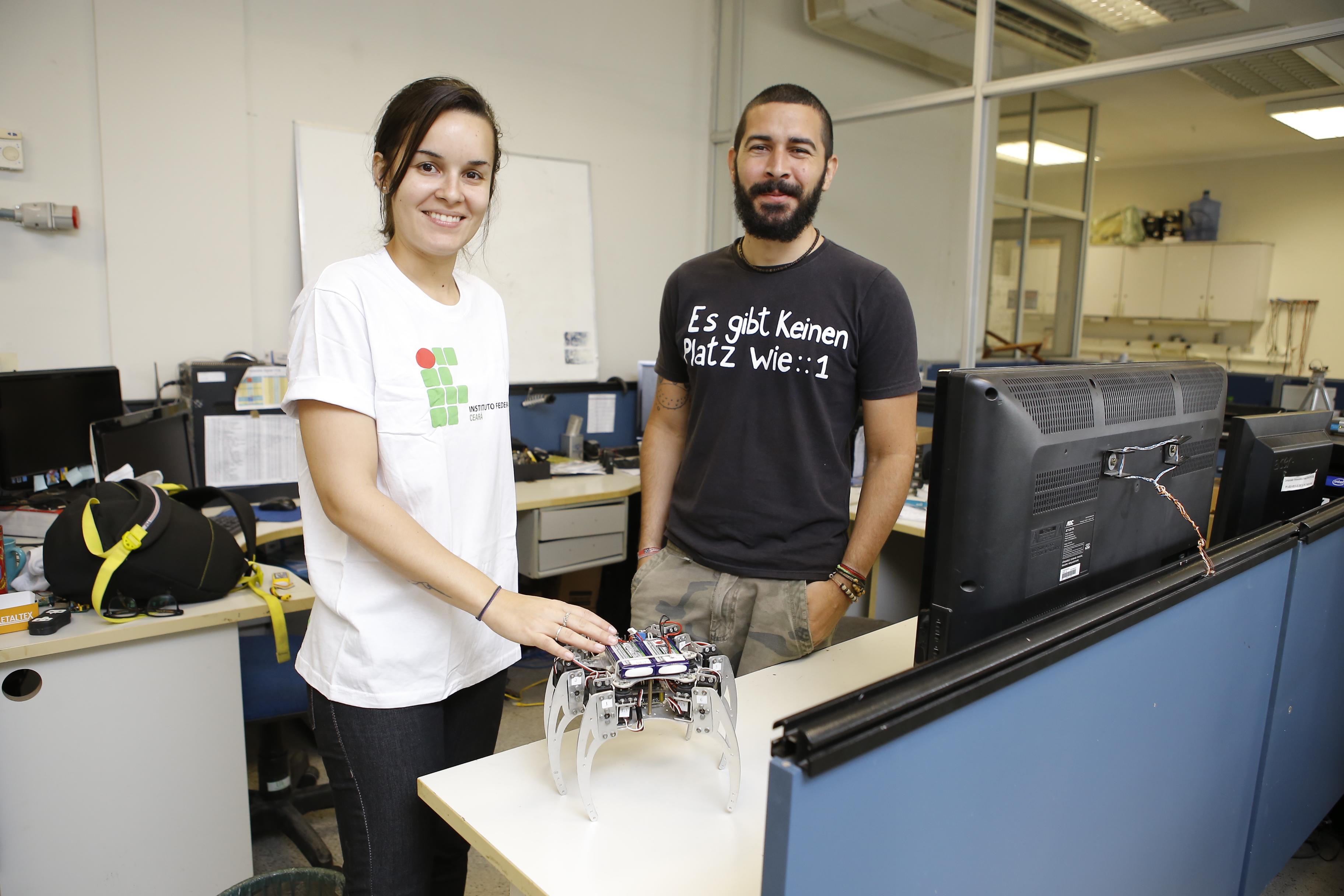 Universitários cearenses criam robô de 6 patas que pode ser controlado pelo celular