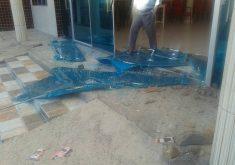 Pastor afirma que 80% das vidraças foram destruídas (FOTO: O Carcará do Sertão)