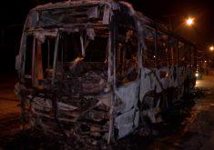 Dois ônibus foram incendiados na Capital durante a madrugada (FOTO: Reprodução TV Jangadeiro)