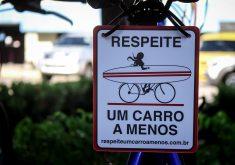 placas-bicicletas-respeite-um-carro-a-menos