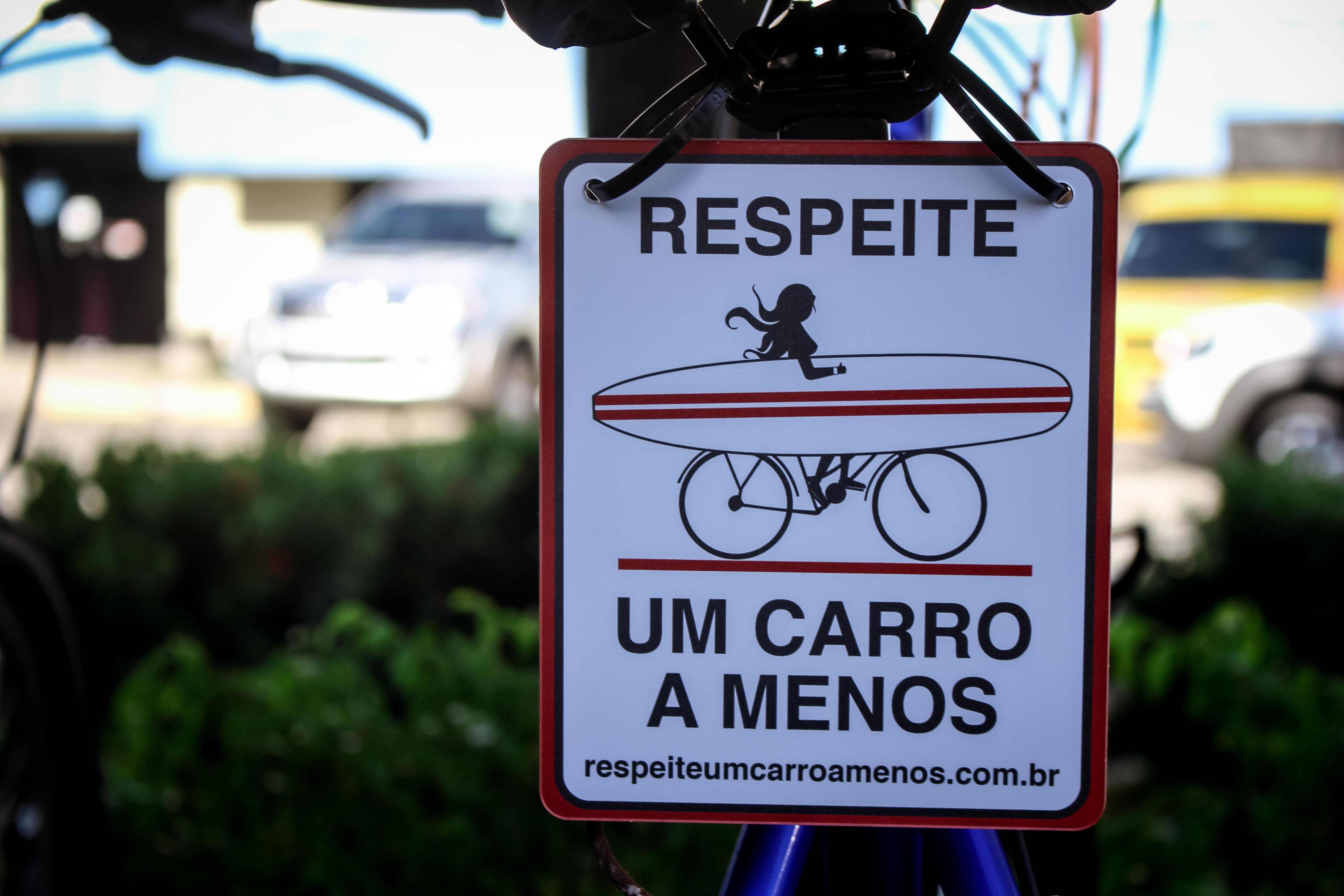 Cearense faz sucesso com franquia de plaquinhas com frases para bicicletas