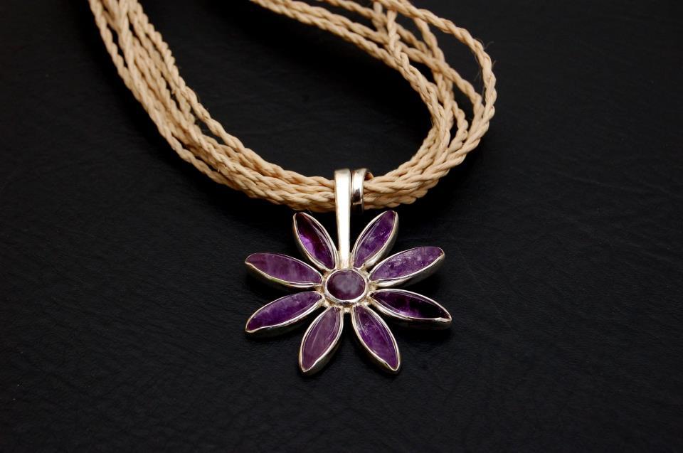Artesão cearense se inspira no sertão e vende jóias até para a Europa