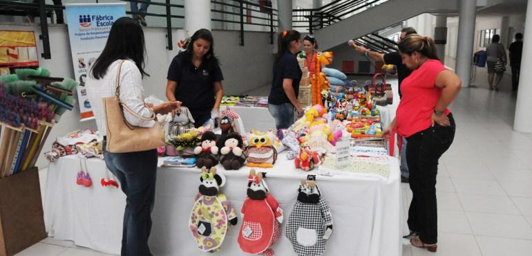 Artesanatos produzidos por detentos são vendidos no fórum de Fortaleza