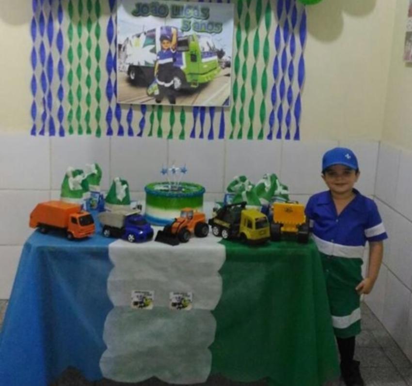 Criança escolhe gari como tema da festa de aniversário, e pais realizam sonho