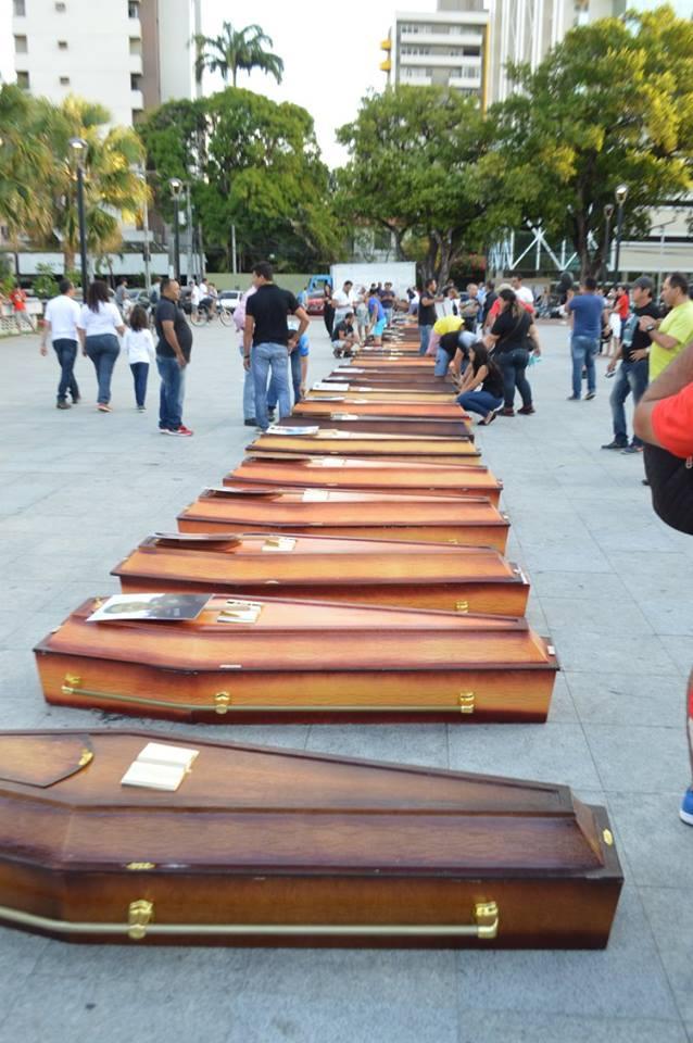 Protesto contra violência expõe caixões com fotos de policiais mortos no Ceará