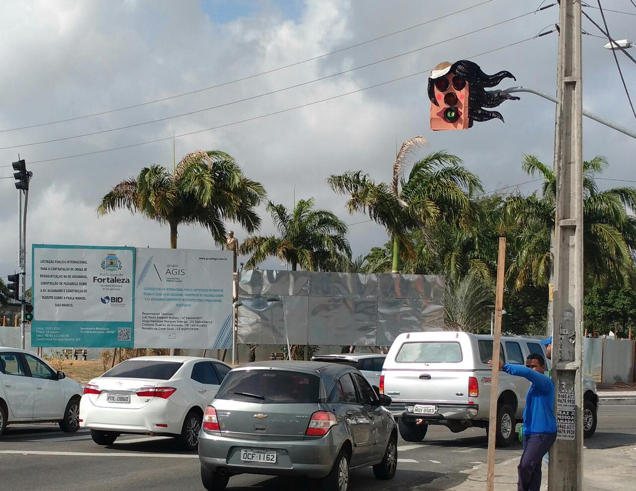 Semáforos com formas engraçadas chamam atenção de motoristas