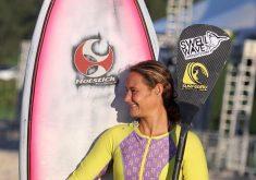 Surfista Carol Barcellos ao lado de sua prancha. (FOTO: arquivo pessoal)
