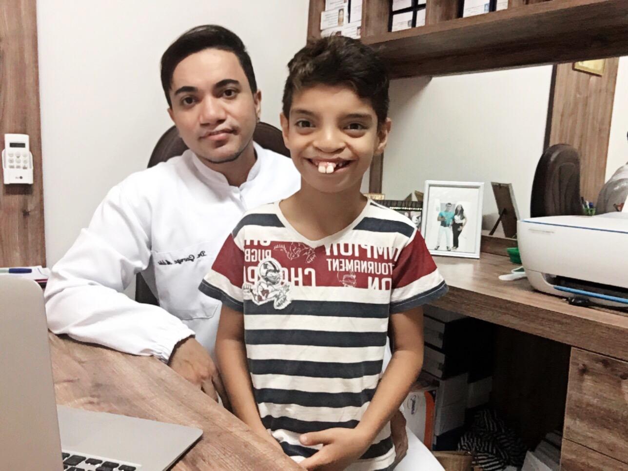 Dentista que teve lábio leporino oferece atendimento gratuito a crianças com a má formação